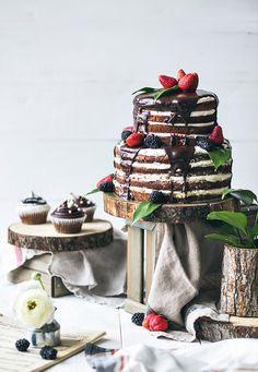 Свадебные торты с открытыми коржами: любители шоколада наверняка оценят восхитительное сочетание шоколадных коржей, легкого крема, фруктов и ягод. А самые-самые сладкоежки могут добавить к такому шоколадному тортику шоколадную глазурь. Beautiful wedding cake with open layers, fresh trend in the wedding industry