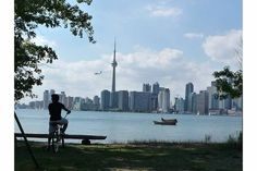 O Canadá é muito conhecido pelas geleiras, mas o verão em Toronto pode te surpreender! Nos dias de calor, a boa é conhecer a Toronto Island, que fica a poucos minutos de barco de Downtown. Lá você pode até mesmo pegar uma praia no Lago Ontario, que banha a cidade. E além de tudo, de lá você tem a melhor vista do famoso skyline da cidade. #ieexplorer