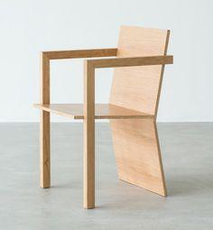 Der #Stuhl drei p besteht aus zwei massiven Eichenbeinen, einer Sitzschale und einer Lehne welche als drittes Bein fungiert. Dabei wird die Form auf die Funktion reduziert.