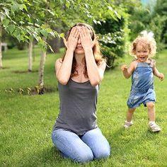 Mutter und Tochter spielen Verstecken