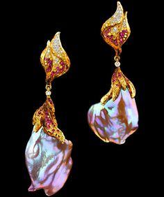 Jewellery Theatre (Russia) Elements high jewellery Earrings. 18K Yellow Gold; 46 diamonds 0,21-0,24 ct; 239 coloured diamonds 1,31-1,38 ct; pink baroque pearl.