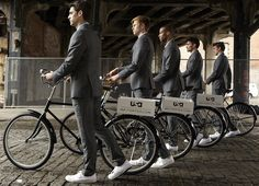 "Inspired by SUITS' stylish bicycle enthusiast Mike Ross, a striking urban spectacle known as the ""Army of Suitors"" take to the streets of New York today with the exclusive version of the MR PORTER … Man Photography, Fashion Photography, Acne Solutions, Gear S, Nyc Fashion, Lifestyle Fashion, Mr Porter, New York Street, Life Is Beautiful"