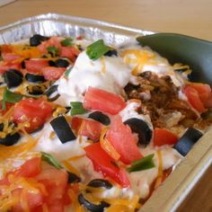 This warm taco dip is soooo tasty and easy to throw together, perfect for parties (or late night snacking!) Very Yummy for party but boys wouldn't eat! Yummy Appetizers, Appetizer Recipes, Snack Recipes, Cooking Recipes, Appetizer Dips, Tapas, I Love Food, Good Food, Yummy Food