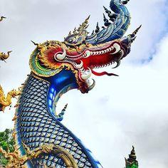 Parece até alegoria de carnaval, não parece?  Mas são apenas detalhes do Templo Azul de Chiang Rai, cidade que não deveria ficar de fora do seu roteiro na Tailândia!   Vai lá no último post do blog que eu te conto o porquê! 😉