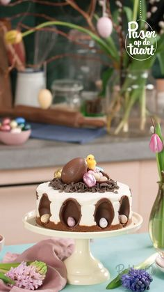 This Easter turn your creamy MonChoutaart into a bird's nest with chocolate flakes! Easy Cake Recipes, Baking Recipes, Dessert Recipes, Easter Chocolate, Chocolate Desserts, Easter Deserts, Easter Treats, Christmas Baking, Coffee Cake