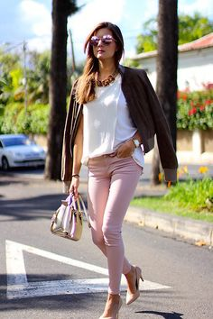 Find out the best shoes you can wear with pink pants. In this article are shown incredible and classic ways how to wear pink pants in real life. Pink Jeans Outfit, Jeggings Outfit, Colored Jeans Outfits, Casual Summer Outfits, Spring Outfits, Light Pink Pants, Fashion Outfits, Fashion Fall, Clothes For Women