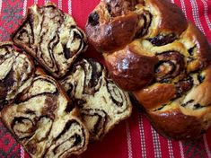 Cozonac or Kozunak (Bulgarian:козунак,) is a traditional Bulgarian and Romanian sweet bread. Romanian Desserts, Romanian Food, Baking Recipes, Cake Recipes, Dessert Recipes, Köstliche Desserts, Delicious Desserts, Pastry And Bakery, Cake Flavors