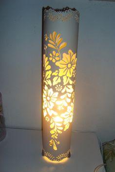Luminária com 53cm de altura. <br> <br>Com os 3 pés de piton. <br> <br>*Não acompanha lâmpada!