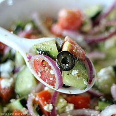 Этот Огурцы греческий салат легкий и освежающий, и полны здоровых ингредиентов.  С минимальным приготовительные, это делает легкий гарнир для любой еды!