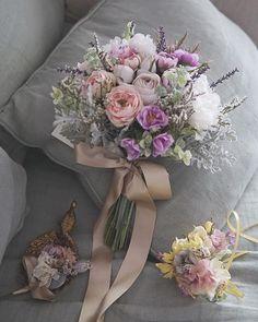 Happy JUNE 初夏のウェディングに 先月お届けのブーケと カラードレス用 リストブーケ 朝の光に似合う 色合いかなぁと #アーティフィシャルフラワー #ウェディングドレス #bouquet #weddingflowers #weddingbouquet #ブーケ #ウェディング #ウェディングフォト #ウェディングニュース #ナチュラルウェディング #ドライフラワーブーケ #ウェディングブーケ #ハワイウェディング #結婚式 #結婚式準備 #プレ花嫁 #日本中のプレ花嫁さんと繋がりたい #オーダーメイド #前撮り #アーティフィシャルフラワー #クラッチブーケ #2018春婚 #wedding #bridalbouquet #bridal #写真撮ってる人と繋がりたい #ドライフラワー #2018夏婚 #weddingtrends #ドライフラワーのある暮らし
