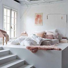 Dormitorio nordico con luz natural doble altura en tonos rose quartz cuarzo rosa pastel decoratualma dta