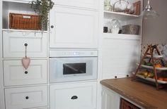 Stěnu po levé straně jsme zaplnili prakticky až ke stropu, takže úložného místa je dostatek, je zde zabudovaná i mikrovlnka a truhláři si pohráli se dřevěnou zatahovací roletkou. Kitchen Cabinets, Home Decor, Restaining Kitchen Cabinets, Room Decor, Home Interior Design, Dressers, Home Decoration, Kitchen Cupboards, Interior Decorating