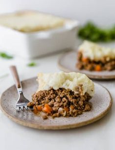 This Shepherd's Pie recipe is an Irish classic! You can use ground lamb or beef, and the whole casserole is topped with beautifully browned mashed potatoes. Make Ahead Quiche Recipe, Quiche Recipes, Meatloaf Recipes, Pie Recipes, Baileys Irish Cream, Best Shepherds Pie Recipe, Sheppard Pie, Lamb Gyros, Perfect Mashed Potatoes