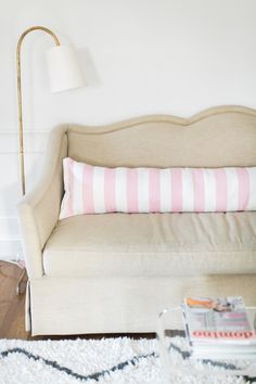 DIY Extra Long Lumbar Pillow from a Rug via Style Me Pretty Diy Pillows, Decorative Pillows, Pillow Ideas, Cushions, Easy Crafts, Easy Diy, Style Me Pretty Living, Long Pillow, Home Projects