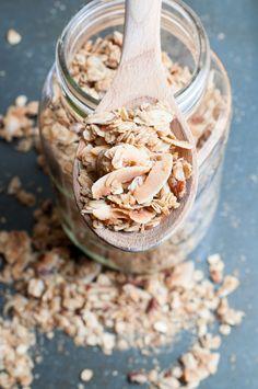 Das ultimative Rezept für oberknuspriges Knuspermüsli zu Hause selbst zu machen. Du brauchst nur wenige Zutaten und die meiste Arbeit verrichtet dein Ofen.