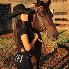 8 Most Beautiful Horses on Planet Earth Country Girls Outfits, Cowgirl Outfits, Cowboy Up, Cowboy Hats, Estilo Country, Rodeo Queen, Most Beautiful Horses, Western Girl, Denim Fashion
