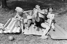 Szex és Siófok: így nyaraltunk az átkosban   nlc Hungary, Past, Retro, 1960s, Painting, Past Tense, Painting Art, Sixties Fashion, Paintings