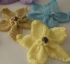 Small Flower Knitting Pattern : Knitted Flowers on Pinterest Knitting, Crocheting and Knitting Patterns