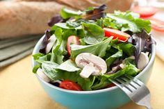 Ensalada de semillas  Necesitas una porción de jamón , media taza de brócoli al vapor, champiñones, coliflor en trozos, dos cucharadas de linaza, una de chía, jugo de un limón y medio chile guajillo cortado  l. Mezcla todos los ingredientes en un recipiente. Deja reposar por dos minutos y disfruta.