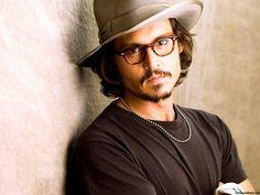 """6. El último día de filmación de """"Piratas del Caribe"""" estuvo muy lluvioso, Pero  Johnny Depp le compró a todo el equipo chaquetas para la lluvia. Gastó 62.000$us en chaquetas."""
