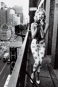 Marilyn Monroe en el balcón de su casa tomando fotografías