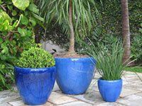 Vasos de cerâmica vietnamita em um jardim da Rosalba Paisagismo www.rosalba.com.br