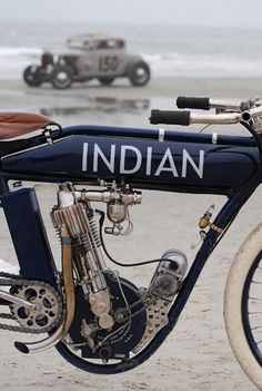 C'est le nom que nous évoque cette superbe photo d'une Indian du début du siècle prise sur une plage avec un Hot Rod en fond…
