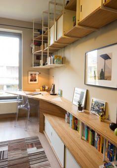 Ce bureau sur mesure et étagère suspendue crée un espace de travail confortable et chaleureux. Une création Jo-a!