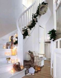 Beautiful Christmas staircase for a house WITHOUT kids Christmas Hallway, Christmas Staircase Decor, Christmas Fairy Lights, Indoor Christmas Decorations, Noel Christmas, Winter Christmas, Staircase Decoration, Stair Decor, Xmas Stairs