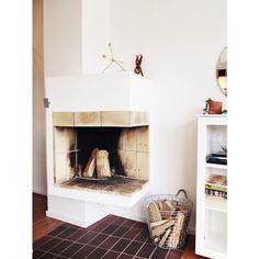 H e j  t i s d a g ! | Först nu dags för dagens första ☕️ ..😱 | Har bla lämnat på dagis, handlat på rusta [#barnrumsmakeover], försökt somna bebis [utan att lyckas]..😅 | En efterlängtad kaffe!!! | #vardagsrum #livingroom #öppenspis #fireplace #original #sextiotal #originaldetaljer #höganäsklinker #kaybojesen #terracedhouse #radhus