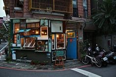 BBC names Taipei one of the world's best coffee cities, and no wonder — in the absence of an endemic pub-crawling culture, cafes take on the function of city's main hang-out space. Drink craft beers, strong coffees, rice wines past midnight at Le Chat, Café Odeon, Salt Peanuts, or T-Loafer. Rub shoulders with South Taipei's students, activists and concert organizers. Check the Taipei Cafes Tumblr for more ideas.