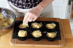 """Diaporama """"Des MINI mille-feuilles de pommes de terre : de quoi faire PLEURER le gratin de mémé !"""" - Remplissez un moule à muffins avec les rondelles de pommes de terre"""