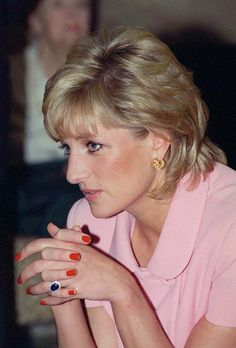 Like her daughter-in-law, Meghan Markle, Princess Diana repeatedly broke royal beauty tradition with one look: red nails. The ex-wife of Prince Charles went against Buckingham Palace's hard-and-fast rule for royal women to wear neutral nail polish colors. Princess Diana Engagement Ring, Princess Diana Hair, Princess Diana Fashion, Royal Princess, Princess Of Wales, Princess Diana Wedding, Princess Diana Pictures, Princess Diana Family, Engagement Rings
