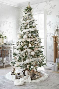 Here are best White Christmas Decor ideas. From White Christmas Tree decor to Table top trees to Alternative trees to Christmas home decor in White & Silver Beautiful Christmas Trees, Christmas Tree Themes, Noel Christmas, Xmas Decorations, All Things Christmas, Winter Christmas, Country Christmas, Christmas Tree With White Decorations, White Ornaments