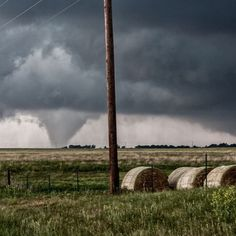#ThrowBackThursday: #Tornado near Hennessey, Oklahoma 5/19/10. #ItsAmazingOutThere #ThrowBackTornado #thewestherchannel : @mezocyklone