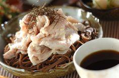 豚しゃぶに白ネギがたっぷり入ったネギ塩をからめてざるそばに。サッパリとしていてボリュームも満点。ざるそばのネギ塩豚しゃぶ添え[和食/麺料理(そば、うどん等)]2011.06.20公開のレシピです。