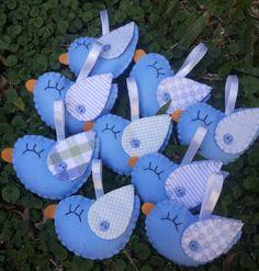 Lindos passarinhos perfumados(um delicado cheirinho de lavanda).  Ótima idéia de lembrancinha de maternidade, bebê e aniversários.  Feitos de feltro e tecido.  Pode ser feito nas opções chaveiro, saches, brochês ou imã de geladeira.  Cores podem variar de acordo com seu gosto.   Tempo de produção...