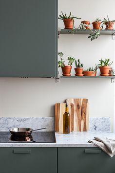 Nadaj swojej kuchni ponadczasowy wygląd | Kolekcja Tikkurila Color Now 2019 - Tikkurila | Farby dekoracyjne | Inspiracje  #tikkurila #tikkurilapotegakolorow #tikkurilainspiruje #tikkurilacolornow2019 #diy #diyideas #diyhomedecor #kitchen #kitchendesign #kitchenremodel #kitchenideas #kuchnia Green Kitchen Cabinets, Marimekko, Terracotta Pots, Open Shelving, Home Kitchens, Floating Shelves, Paint Colors, Ikea, Create