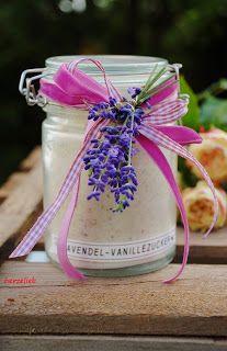 Lavendel-Vanillezucker duftet so herrlich und ist ein tolles Mitbringsel. Hier gibt es das Rezept!