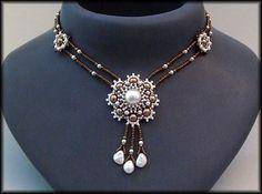 Kronleuchterjuwelen Glasperlenschmuck - Medaillonkette in bronze-weiss Jewelry Crafts, Jewelry Art, Jewelry Necklaces, Beaded Bracelets, Pearl Jewelry, Seed Bead Necklace, Diy Necklace, Locket Necklace, Beaded Jewelry Designs