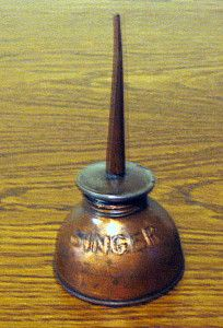 Old SINGER sewing machine oil can; I remember my Mammau having one of these for her Singer Treadle Sewing Machines, Antique Sewing Machines, Vintage Oil Cans, Vintage Sewing Notions, Old Singers, Sewing Accessories, The Good Old Days, Retro, Just For You