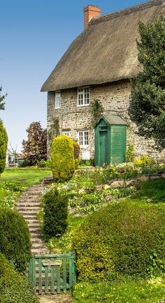 pagewoman: A pretty thatched cottage in the hamet of Hodson in Wiltshire by Anguskirk Cute Cottage, Old Cottage, Cottage Homes, Cottage Style, Irish Cottage, Cottage Gardens, Farm Gardens, Stone Cottages, Cabins And Cottages