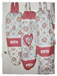 Greengate plastic bag holder Carrier Bag Holder, Grocery Bag Holder, Plastic Bag Holders, Cute Kitchen, Bottle Cover, Kids Apron, Diy Sewing Projects, Cath Kidston, Bag Organization