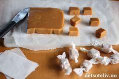 Myke karameller – finnes det noe bedre? Karamellene lages med søt, kondensert melk og får helt herlig konsistens! De er lette å lage og krever ikke lang koking. Myke karameller er det perfekte julegodteriet og den perfekte, spiselige julegaven! Food And Drink, Dairy, Sweets, Cheese, Caramel, Gummi Candy, Candy, Goodies, Treats