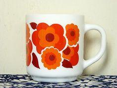 Tasse-mug-ARCOPAL-decor-lotus-fleur-mod-pop-rouge-orange-vintage-annees-70 / Red and orange mod lotus flower decor milkglass mug - French 70s vintage