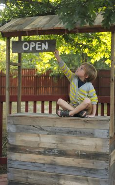 Mud kitchen or outdoor play unit Kids Lemonade Stands, Lemonade Bar, Mud Kitchen, Country Kitchen, Do It Yourself Furniture, Farm Stand, Outdoor Playground, Diy Pallet Projects, Wood Projects