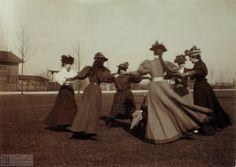 Zdjęcie numer 7 w galerii - Damy na Błoniach. Sesja fotograficzna sprzed lat [ZDJĘCIA]
