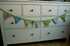 Niedliche Wimpelkette mit verschiedenen Motiven und Farben.  Eine schöne Dekoration im Kinderzimmer...  Mit Namen versehen ist die Kette ein sehr pers