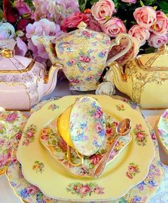 Pretty vintage tea set from The Vintage Table Vintage Dishes, Vintage China, Vintage Table, Vintage Teacups, Vintage Floral, Café Chocolate, Tee Set, Party Set, Teapots And Cups