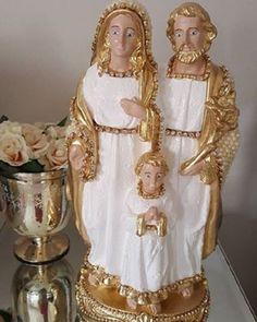 Sagrada Família de gesso, revestido em pérolas com detalhes em strass, com 28 cm de altura
